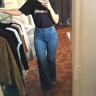 Ett par skitsnygga jeans i flare-modell. Stretchiga! Dem har lagts upp i benen och är superbra längd på mig som är 165cm. Matcha med en bandtisha och snygga boots för en cool 70-talslook!