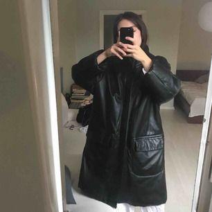 Superskön läderjacka! Använt skick. Jag är 160cm och den går precis vid mina knän. Köpt för 600kr på Humana förra vintern! Fri frakt