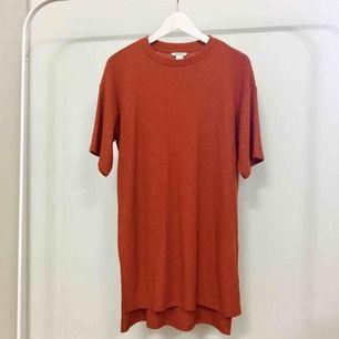 Ribbad t-shirt från Monki. Stor i storleken, skönt material.