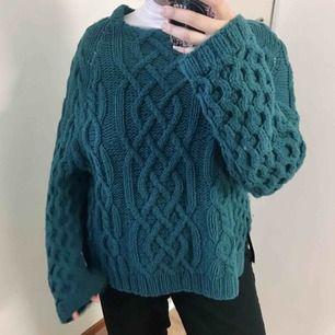 Stickad tröja från H&M Trend i mörkturkos. 40% ull så den kommer hålla dig riktigt varm i vinter. Originalpris 500 kr
