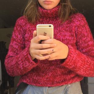 En rosa-röd stickad tröja med polokrage, faktiskt inte så stickig! Den passar även S och kanske M