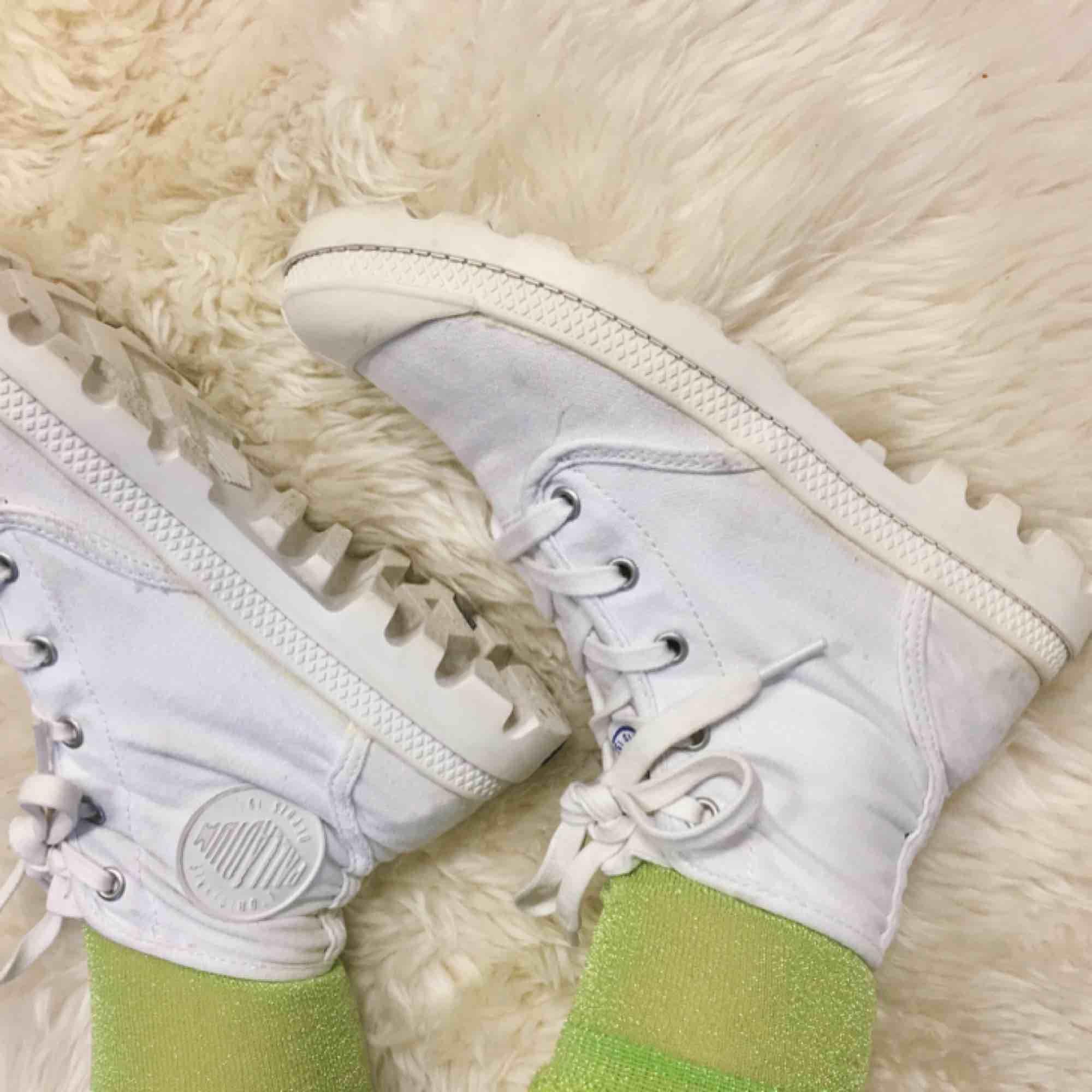 Palladium Pampa tygsneakers, lite små i storleken så passar mer 38/39. Enkla att tvätta i tvättmaskin!. Skor.