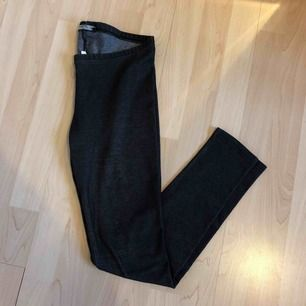 Snygga leggings i mörkt tyg. Inköpta på Cubus. Ev frakt 19 kr🍁