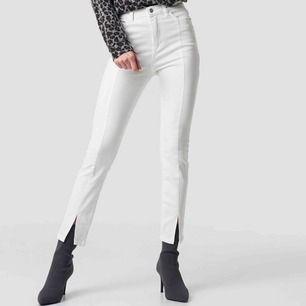 Säljer de perfekta slitsade jeansen från NAKD som är helt oanvända och endast provade. Köptes för 300kr. De har inte kommit till användning då de är för små för mig som har 38/40, skulle säga att de passar en 36/38.⭐️⭐️⭐️