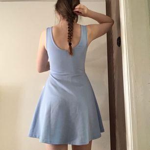 Superfin ljusblå klänning i fint skick. Den är ganska tight upptill på mig, och jag är en 38-40. Lätt mönstrad. Jag möts helst upp i Örebro (eller Katrineholm där jag är med jämna mellanrum) eller skickar men då står köparen för frakt.