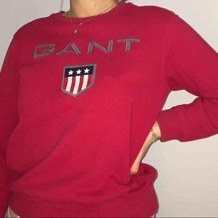 Klarröd Gant sweatshirt köpt förra året för 700kr. Bra vardagsplagg och passform för XS-S (ev M). Stort sett oanvänd, burit max 4-5 gånger (inkluderat bilden).☺️