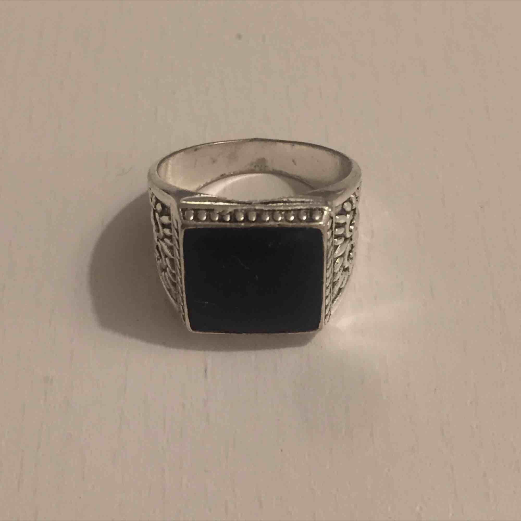 Säljer min ring som tyvärr inte kommer till användning längre :-( har ba lite limm som man kan se på bild 3 men det syns ej tydligt och annars är den felfri. Kan mötas i Sthlm eller skicka (köparen står för frakt). Accessoarer.