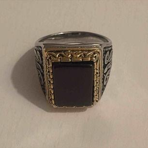 Guld och silver plackerad ring som tyvärr är för liten för mig. Verkligen one of a kind då den är egen gjord! Kan mötas i Sthlm eller skicka (köparen står för frakt)