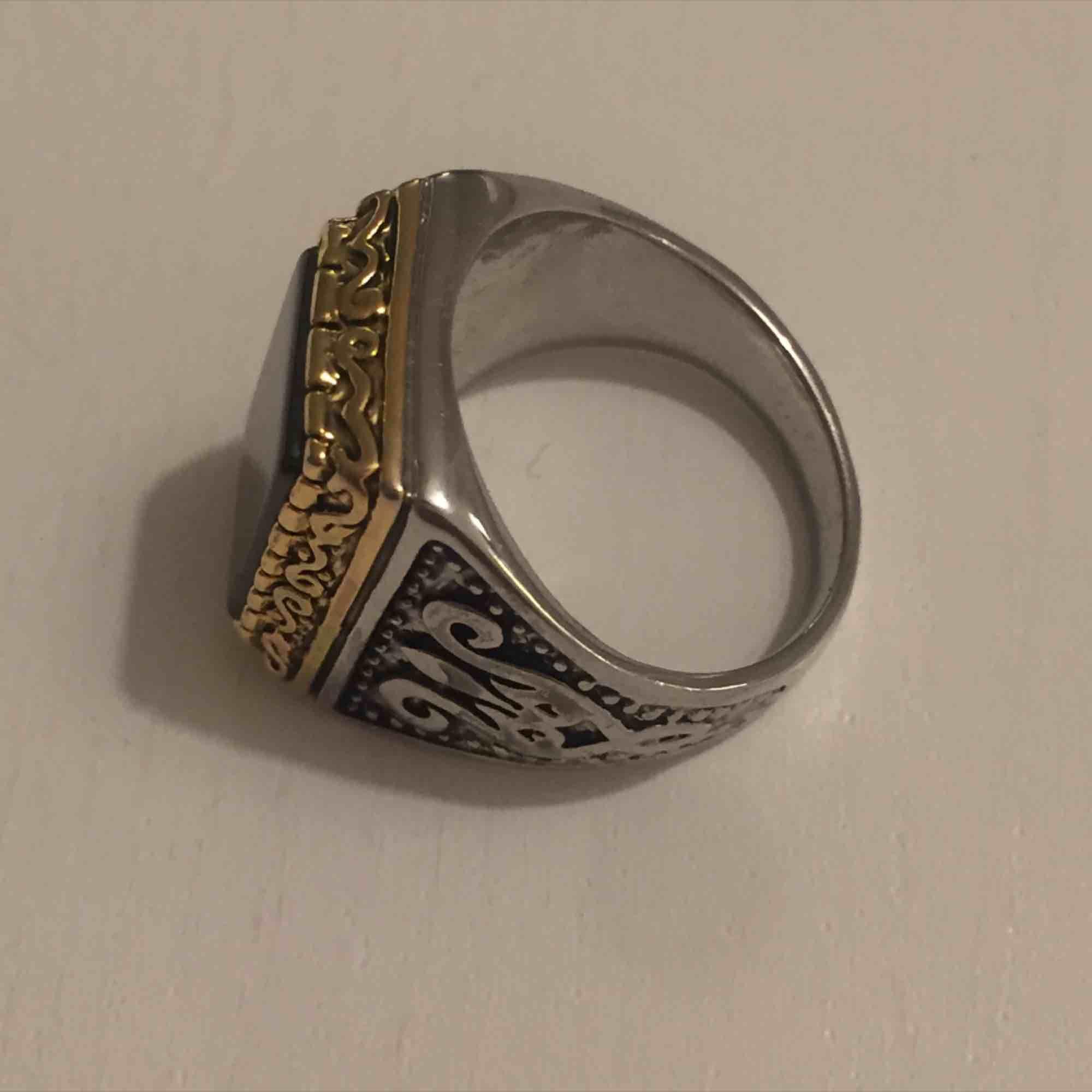 Guld och silver plackerad ring som tyvärr är för liten för mig. Verkligen one of a kind då den är egen gjord! Kan mötas i Sthlm eller skicka (köparen står för frakt). Accessoarer.