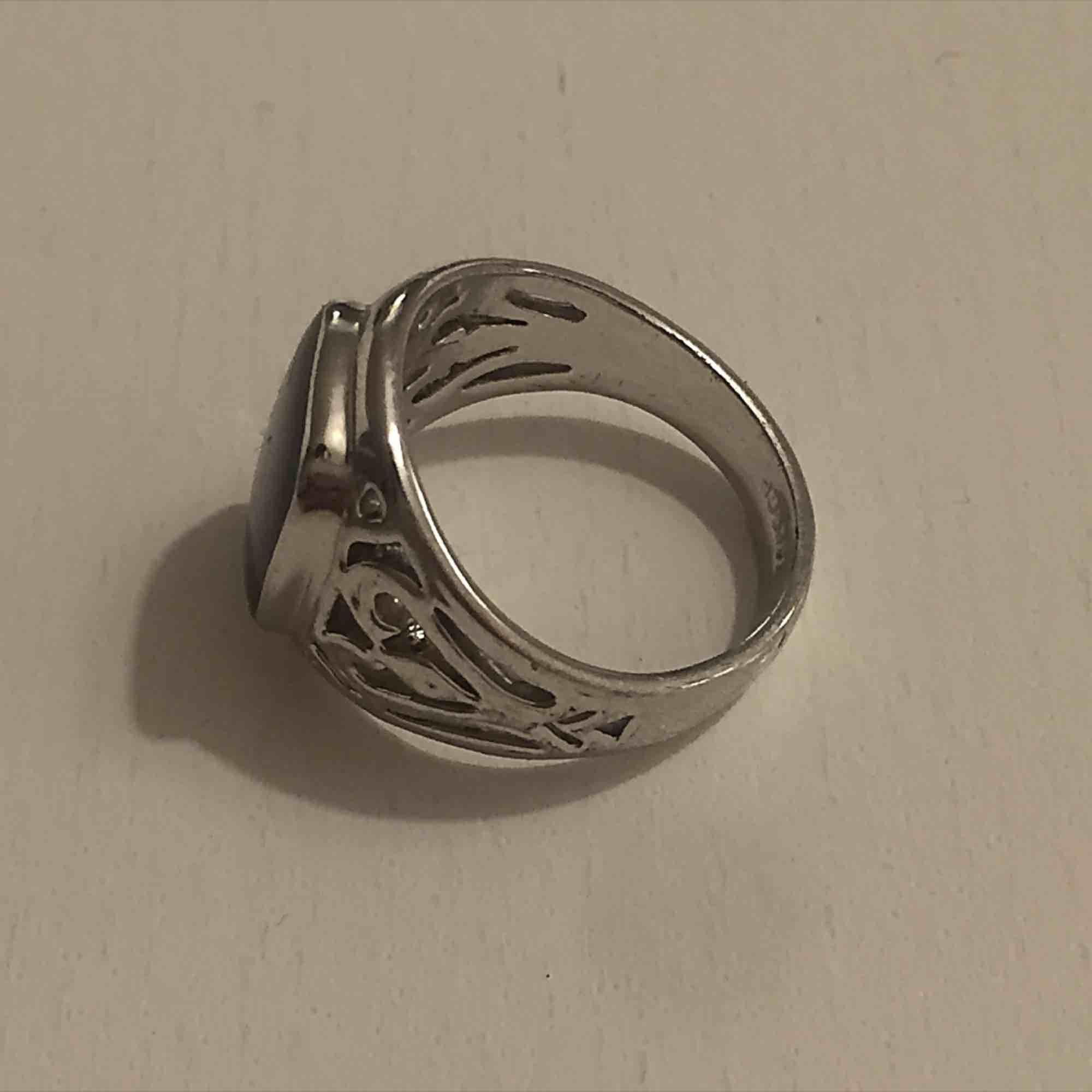 Äkta silver ring med silver stämpel. Säljs då den är tyvärr för liten :-( Kan mötas i Sthlm eller skicka (köparen står för frakt). Accessoarer.