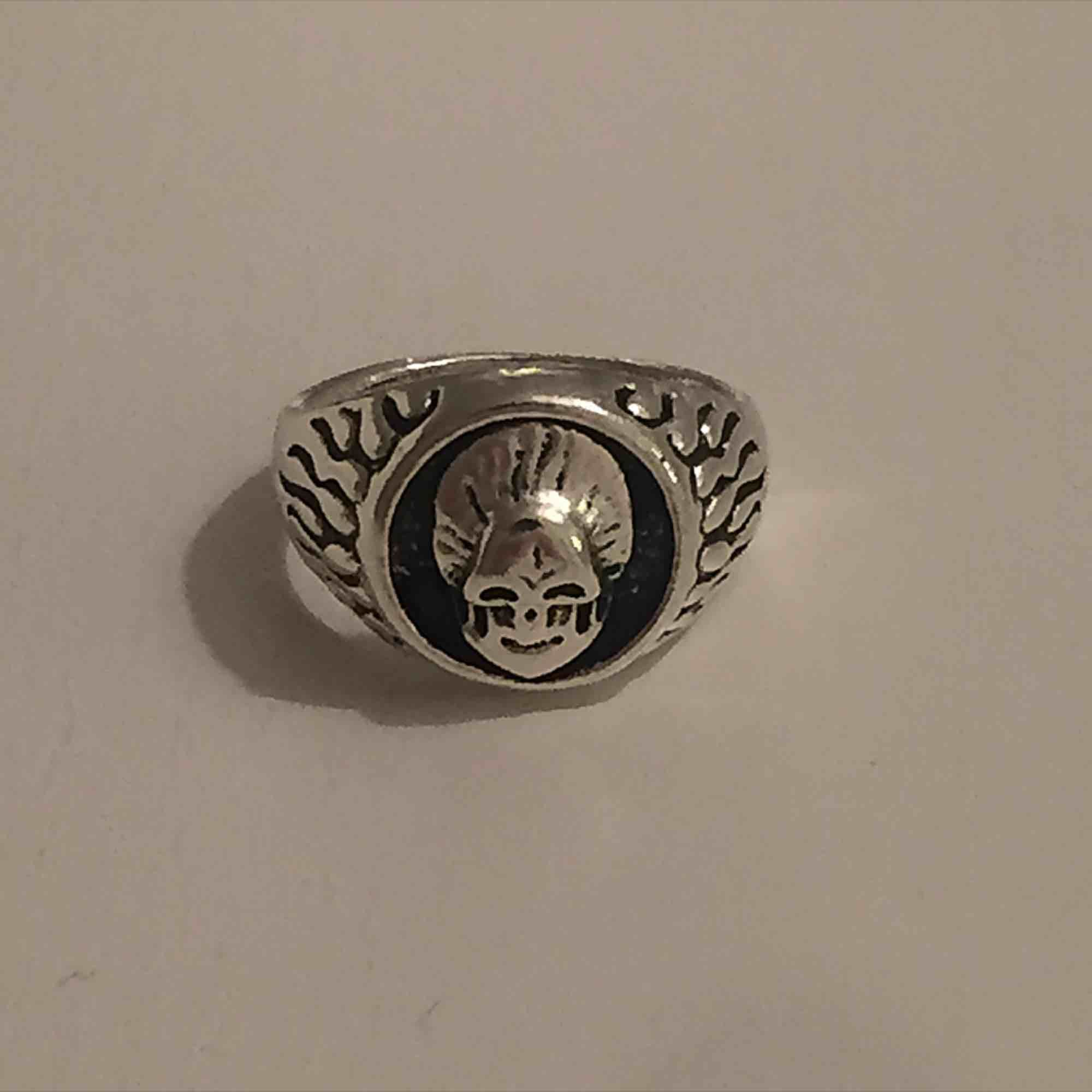 Silverplackerad liten dödskalle ring. Kan mötas i Sthlm eller skicka (köparen står för frakt). Accessoarer.