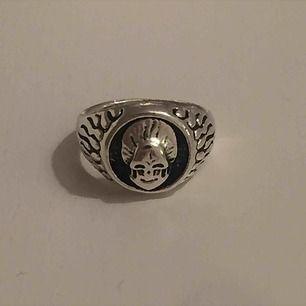 Silverplackerad liten dödskalle ring. Kan mötas i Sthlm eller skicka (köparen står för frakt)