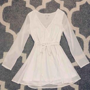 Oanvänd chiffong klänning köpt från Nelly.com.  Frakten är redan räknad med priset.