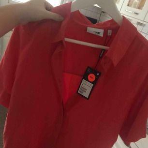 Säljer denhär skjortan från weekday (ärmarna går till strax ovanför armbågarna typ), helt oanvänd med prislapp kvar! Otroligt härlig o fin färg. Priset kan sänkas vid snabb affär, frakt ingår ej. Kan mötas i stockholm💗