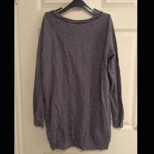 lång oversize tröja storlek M, mörkblå färg