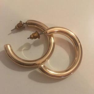Guldringar från topshop i någon slags förgylld metall, ca 2,5 cm (se vild)
