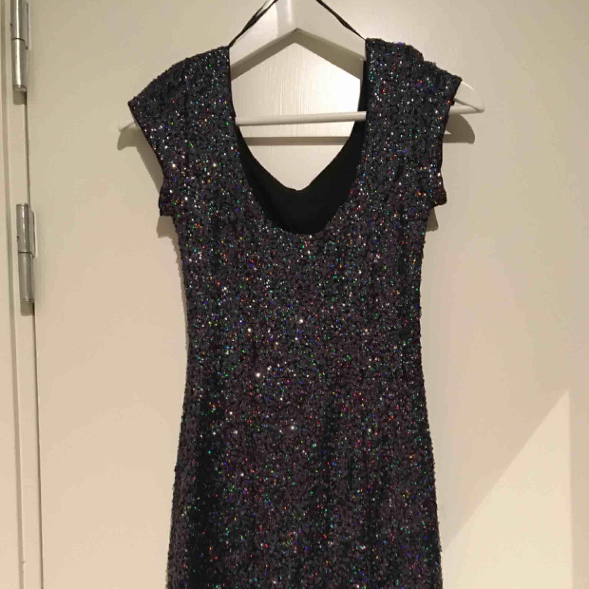 Fin paljettklänning  Storlek 34  Hämtas i Bromma eller skickas, köparen står då för frakt.. Klänningar.