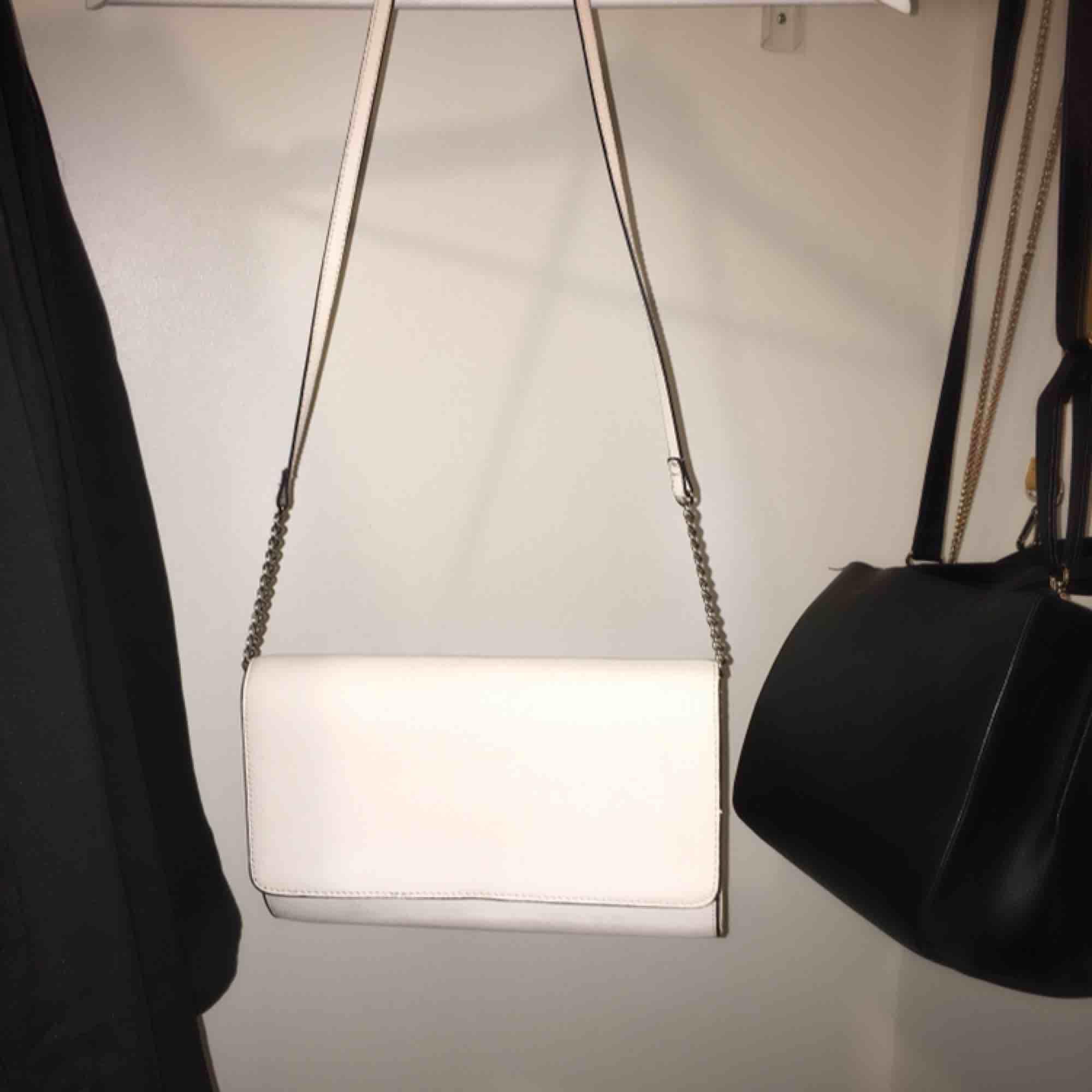 Fin vit/ljusbeige axelväska, kan även användas som clutch. Använd en gång!. Väskor.