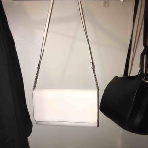 Fin vit/ljusbeige axelväska, kan även användas som clutch. Använd en gång!