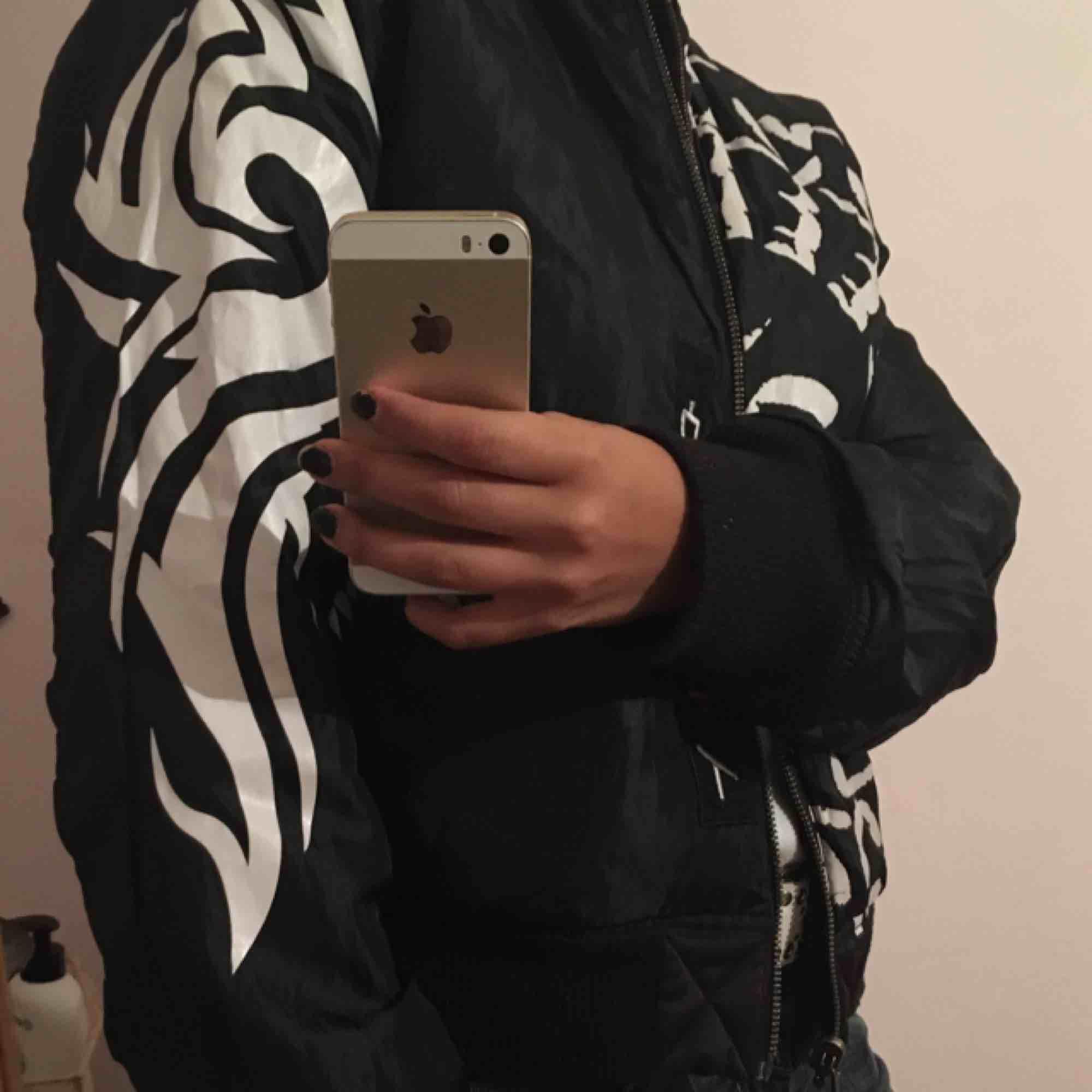 Reversibel bomber jacka. Kan vara både svart och mönstrad som på bilden :). Jackor.