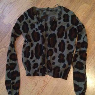 Armegrön (den ser mer grå ut men det är pga min dåliga kamera) Leopardkofta. Använd men hel o ren :) frakt tillkommer med 55 kr i postens M påse