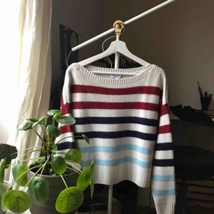 Brand new sweater from & Other Stories. Very soft and cosy! Still has tags on. I bought it on impulse a while ago hehe but not really my style. Nice loose fit and long sleeves. Shipping is extra :)