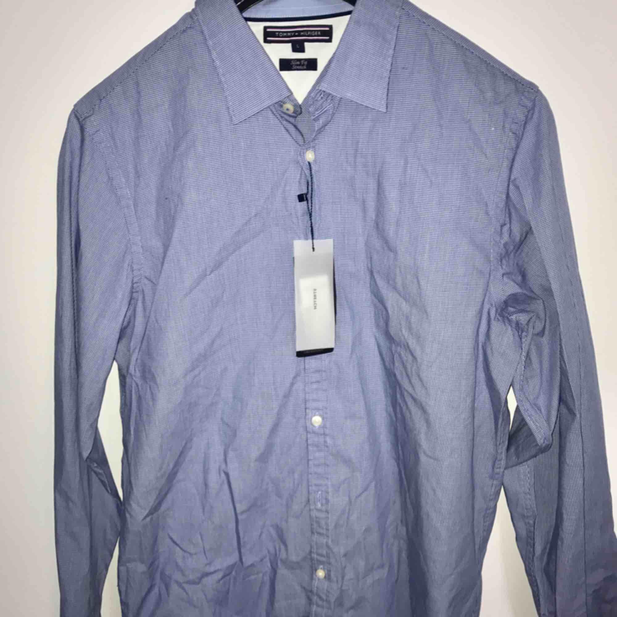 Oanvänd Tommy hilfiger skjorta ljusblå För stor . Kostymer.