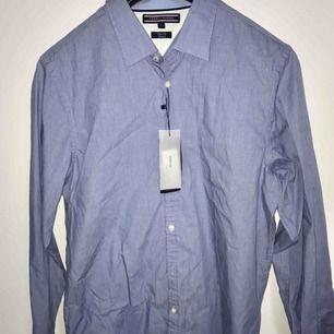 Oanvänd Tommy hilfiger skjorta ljusblå För stor