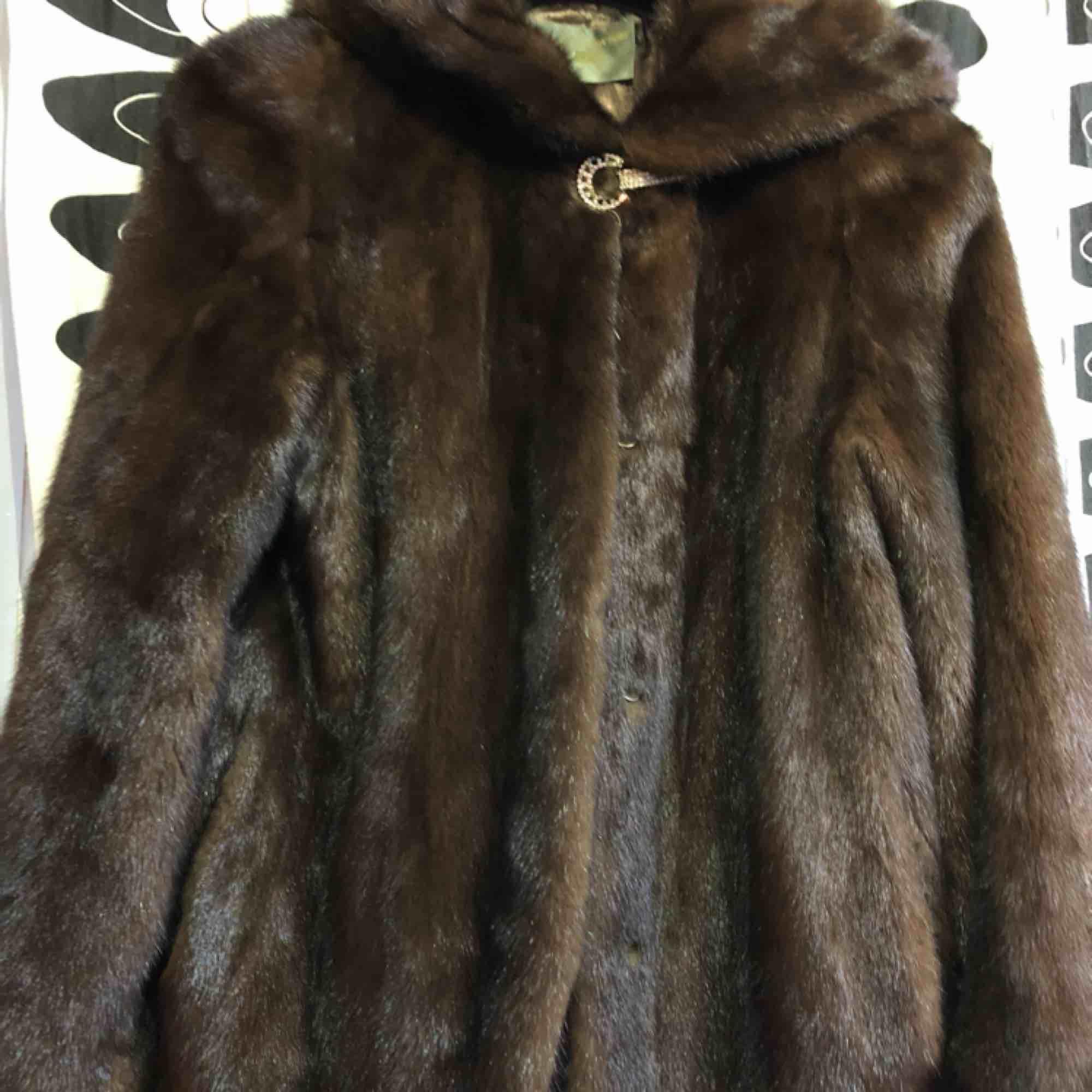 Säljer en fin naturlig minkpäls. Nära den högra fickan är pälsen något sliten. Priset kan diskuteras. . Jackor.