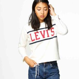 Levi's tröja köpt i Barcelona, finns ej tillgängligt i Sverige så du kommer bli unik med denna modell! Knappt använd, helt i nyskick! Storlek S men passar även XS :)