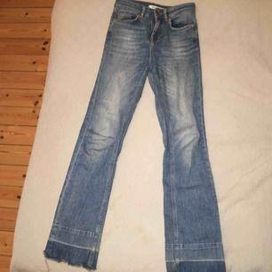 Asfina blå jeans från NA-KD. Precis lagom utsvängda med snygga detaljer längst ned.