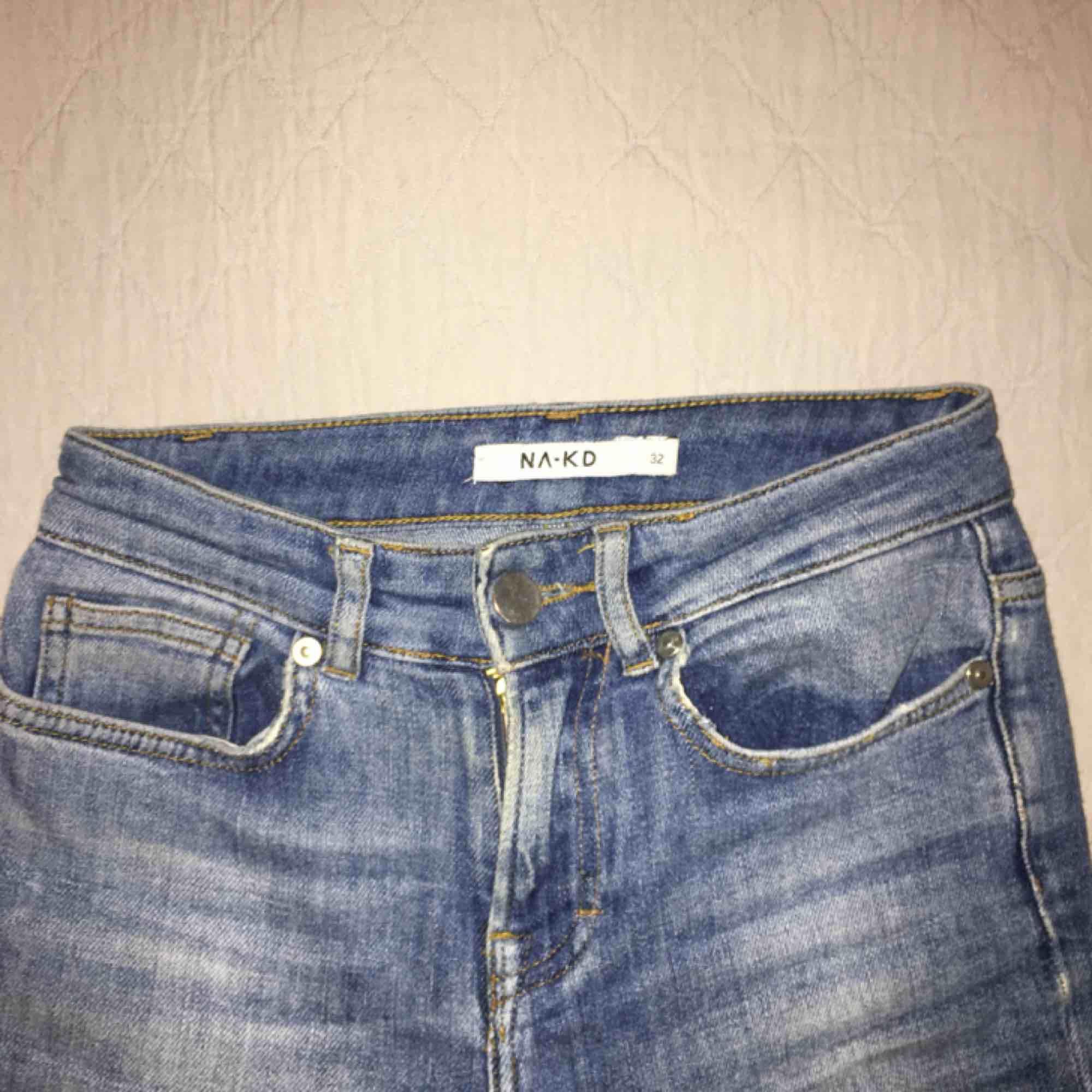 Asfina blå jeans från NA-KD. Precis lagom utsvängda med snygga detaljer längst ned.  . Jeans & Byxor.