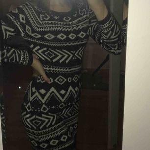 Mönstrad, stickad klänning från Hollister! Sparsamt använd och supermysig nu i höst💖