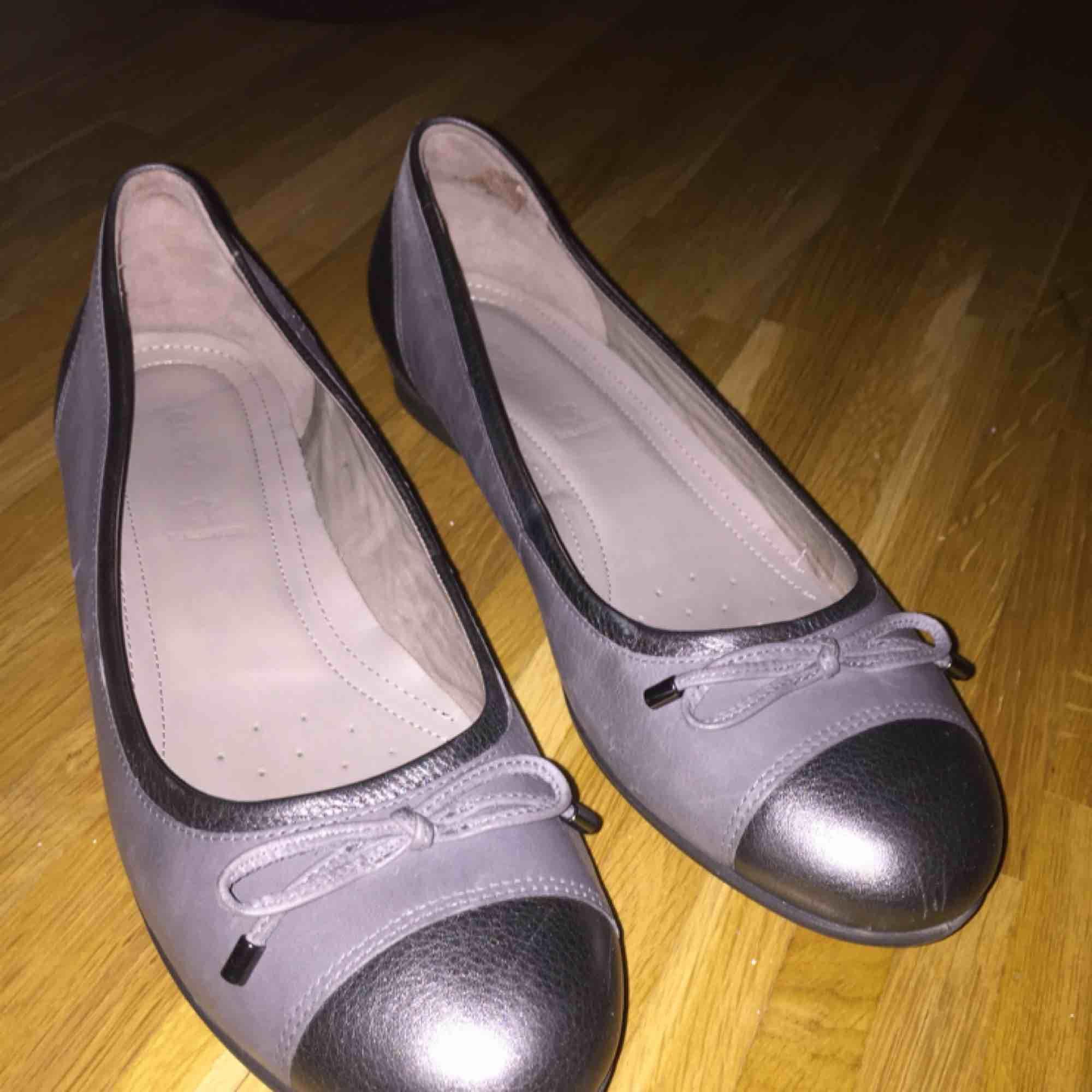 Super snygga gråa ballerinaskor från Ecco, använda ett fåtal gånger. Säljer pga fel storlek. Nypriset var 600:-, mitt pris 200:-, frakt ingår ej❤️. Skor.