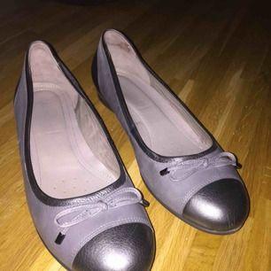 Super snygga gråa ballerinaskor från Ecco, använda ett fåtal gånger. Säljer pga fel storlek. Nypriset var 600:-, mitt pris 200:-, frakt ingår ej❤️