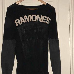 Ramones t-shirt från H&M med påsydda jeansarmar.