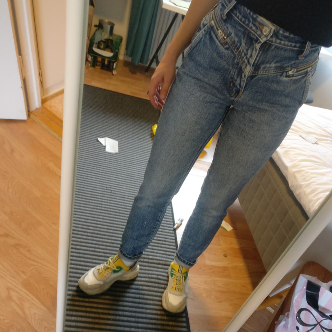 Jeans inköpta secondhand i Köpenhamn med najs detaljer. Säljer eftersom de är för små. Skulle rekommendera till nån med 36 i byxor! . Jeans & Byxor.