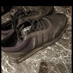 Svarta L.A ADIDAS sneakers, använda fåtal gånger och är i fint skick. St. 38.