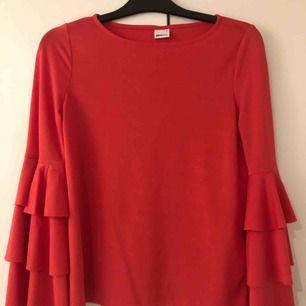 Tunn tröja i mörkrosa färg, har utsvängda armar! Använd ett fåtal gånger