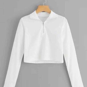 En croppad tröja i storleken S, testad endast en gång och väldigt svår att få tag i. Säljes pga att den va för liten för mig.