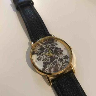 Snygg klocka med mönster och små diamanter, okänt märke. Möts upp i Stockholm eller så står köpare för frakt, tar swish!
