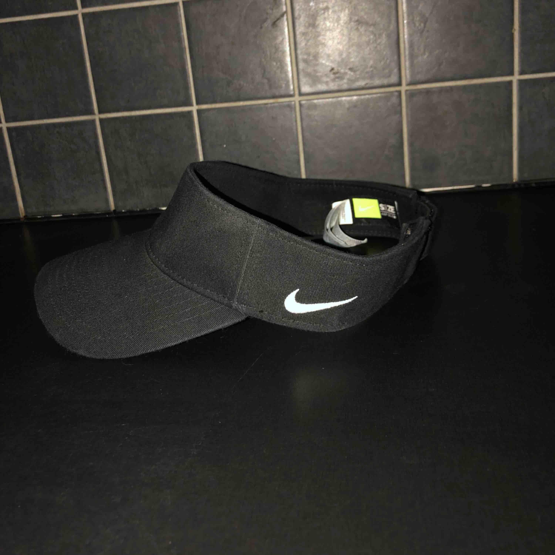 """Säljer min fina """"tennis keps"""" pga att jag tyvärr inte använder den så mycket som jag önskar. Köpte den i Berlin på Nikes officiella affär. 😊. Accessoarer."""