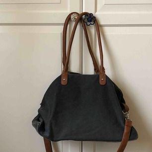 Praktisk väska till skola eller annat! Stort fack med tre mindre fickor, ett av dem med dragkedja. Ända defekten är trådarna på andra bilden✨