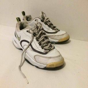 Supersnygga Nike skor. Har tyvärr ingen koll på vilken modell det är eftersom det köpta på beyond retro. Köpta för ca 200kr. Köparen står för frakt som ligger på 79kr.