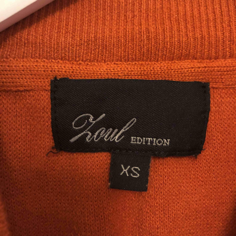 Super skön stickad tröja köpt på MQ. Använd 1 gång. Rostornage färg. . Stickat.