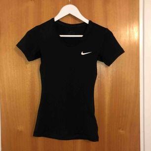 Nike PRO träningströja. Aldrig använd då den tyvärr är för liten. Dri-Fit. Köparen står för frakt