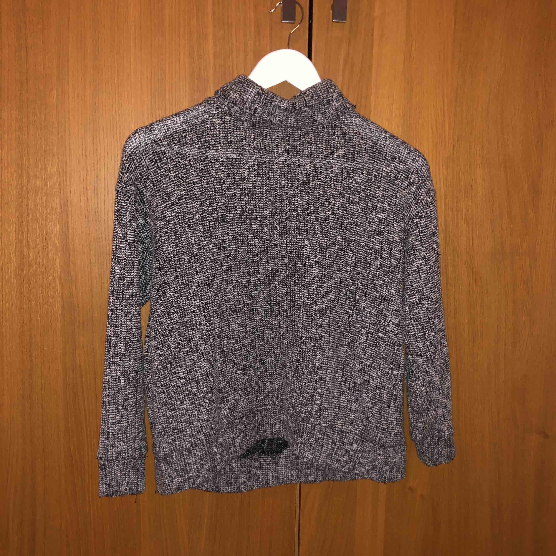 Mysig stickad tröja från Topshop med polokrage. . Stickat.