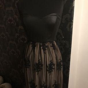 Jätte fin klänning från Nelly. Ny med prislapp.  Nederdelen är med spets. Strl S.  Svart färg