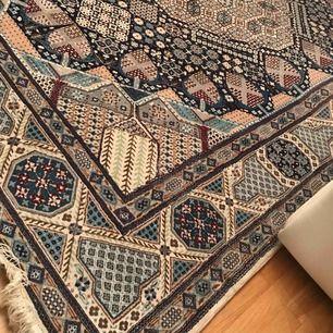 Säljer denna fin fina persiska nain mattan då vi tyvärr inte fått någon användning av den då vår lägenhet är liten!! Superbra kvalité, knappt använd haft den stående då den söker ny ägare.   Priset kan diskuteras. Endast seriösa köpare!