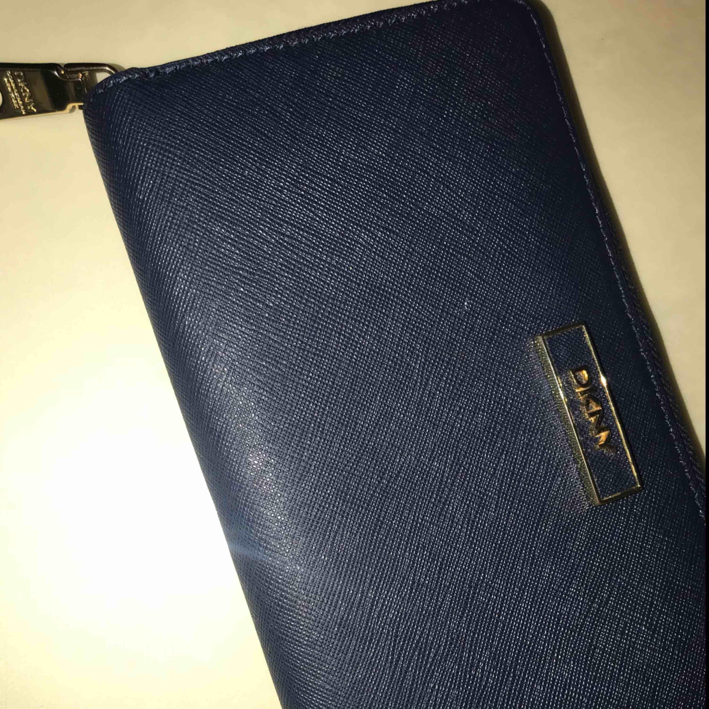Säljer denna superfina äkta plånbok! Super bra kvalité, köptes i Losangeles   Priset kan diskuteras vid snabbköp, endast seriösa köpare!!. Väskor.